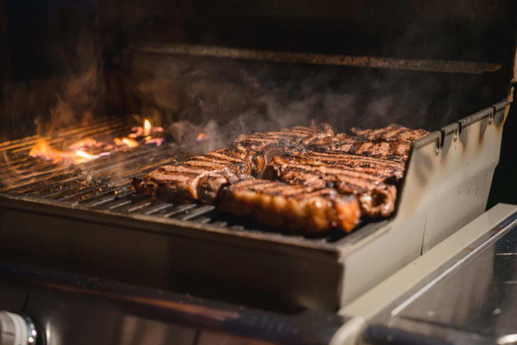 Der Konsum von Fleisch ist für viele oftmals ein einfacher Weg an seine essentiellen Aminosäuren zu kommen.